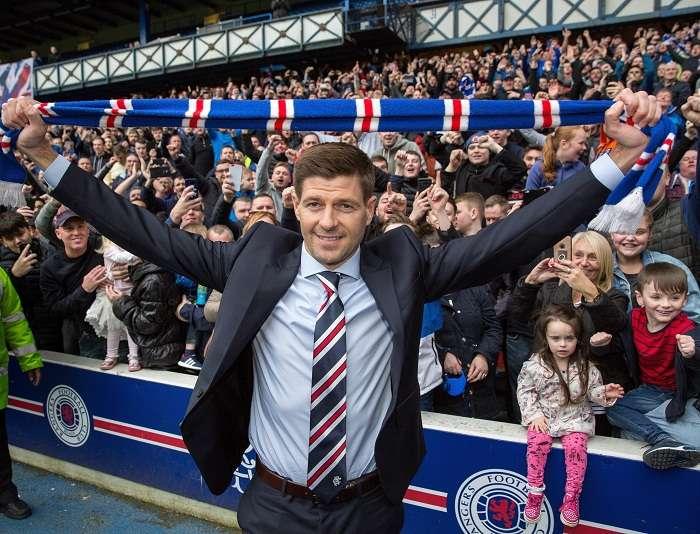 Steven Gerrard posa para los medios durante su presentación como nuevo entrenador del Rangers de Glasgow. Foto: EFE