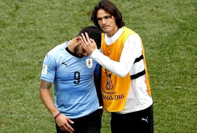 El jugador Luis Suárez (izq) junto a su compañero Edinson Cavani. Foto: EFE