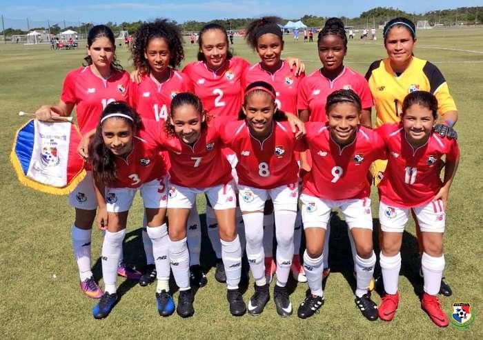 Las niñas de la selección sub-15 en la tradicional foto antes del partido./FEPAFUT