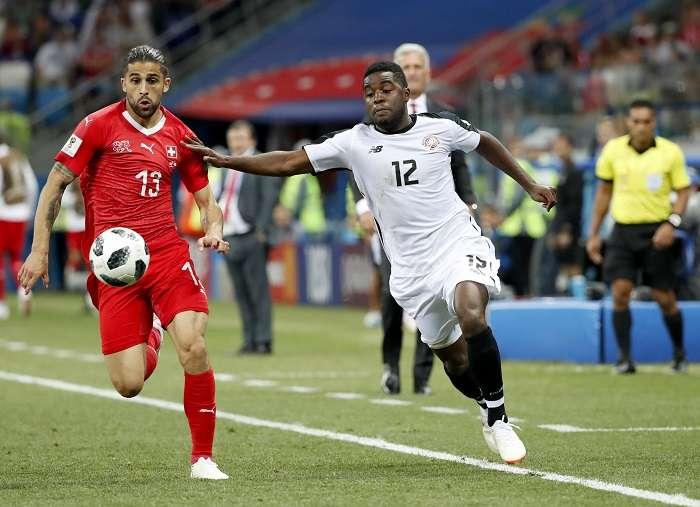 Ricardo Rodriguez disputa el balón con Rodney Wallace de Costa Rica./EFE