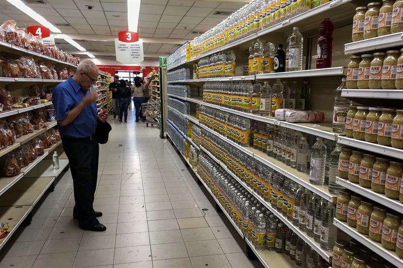 Personas buscan alimentos en un supermercado en la ciudad de Caracas (Venezuela). EFE/Archivo