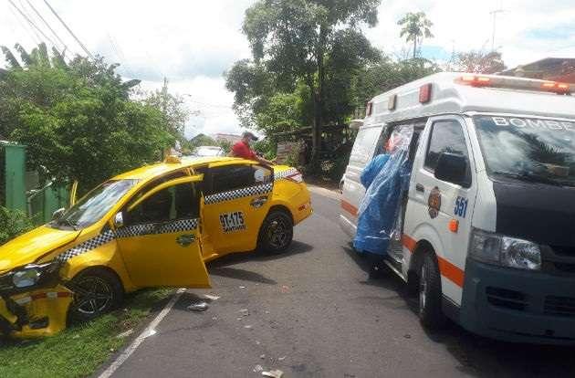 En la colisión, el auto taxi quedó a pocos metros para meterse a una de las residencias del lugar.