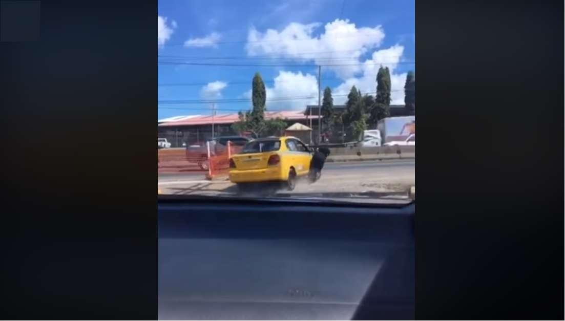 Vista general del momento en que un taxi atropella una mujer policía en la Chorrera. Captura de video