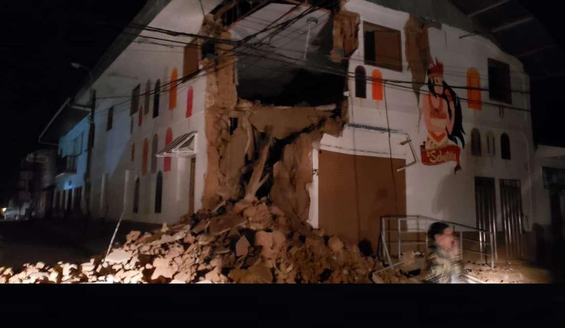Imagen muestra los daños ocasionados tras un sismo en un edificio de la calle Mariscal Castilla de Yurimaguas, Perú. EFE/ @bomberospe