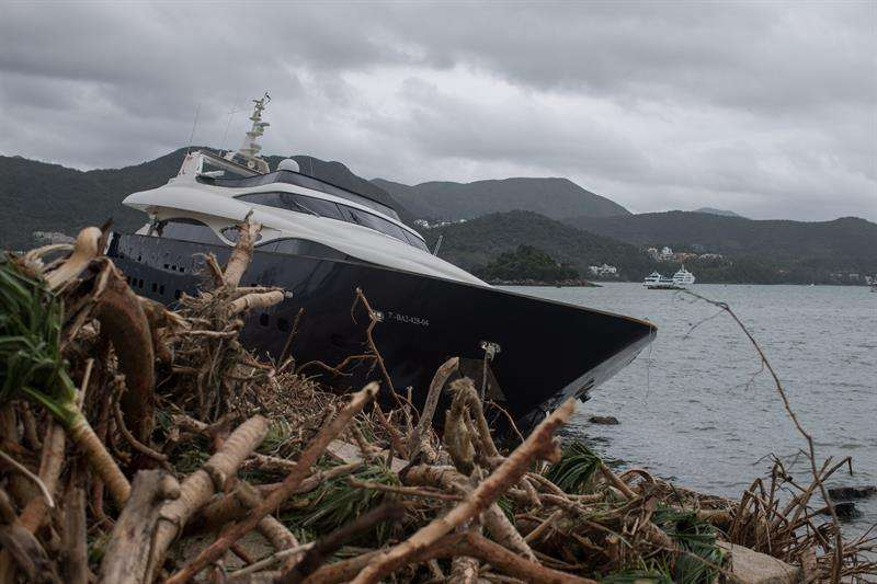 Destrozos tras el paso del tifón Mangkhut en Hong Kong (China) hoy, 17 de septiembre de 2018. EFE