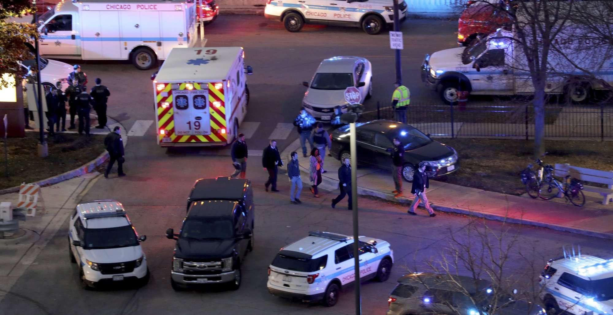 La policía de Chicago informó que el presunto atacante y que un oficial murieron y que otras  tres perosnas están en estado crítico tras el tiroteo en un hospital. AP
