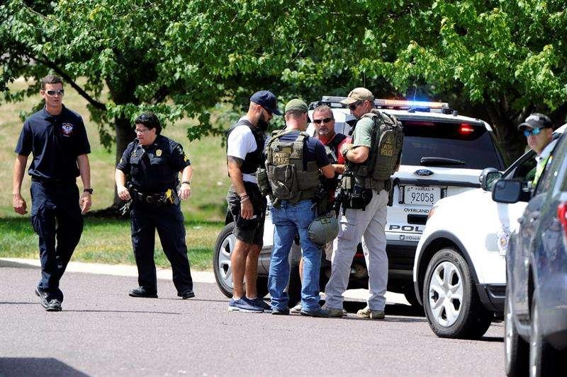 Autoridades de cuatro agencias policiales resguardan el área cercana a un tiroteo hoy, martes 3 de julio de 2018, en Kansas City (EE.UU.). EFE