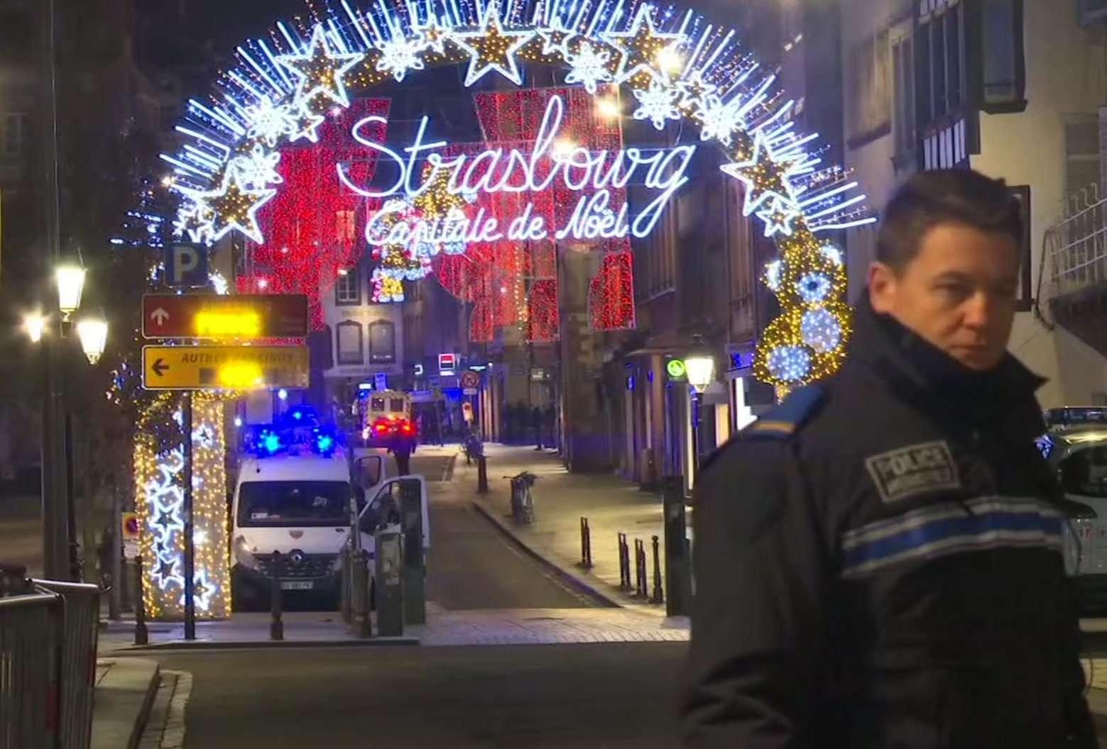 En esta imagen del video, los servicios de emergencia llegan a la escena de un mercado navideño en Estrasburgo, Francia, el martes 11 de diciembre de 2018.  AP