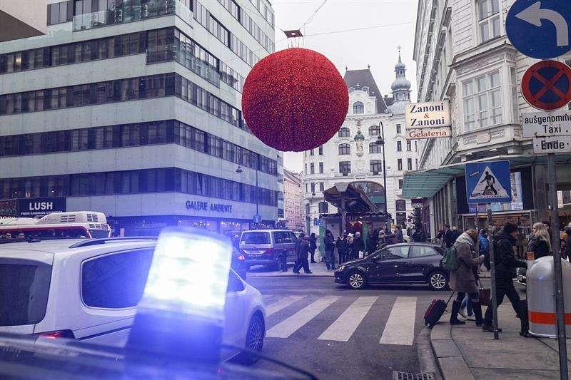 Agentes de policía permanecen en guardia en el lugar de un tiroteo en el centro de Viena, Austria. EFE