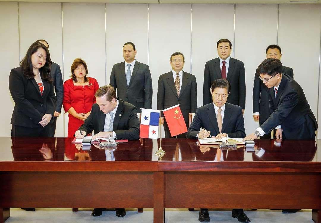 En un acto oficial celebrado este martes en Pekín, ambos ministros confirmaron que la primera ronda de negociación del acuerdo comercial.  Foto: Cortesía