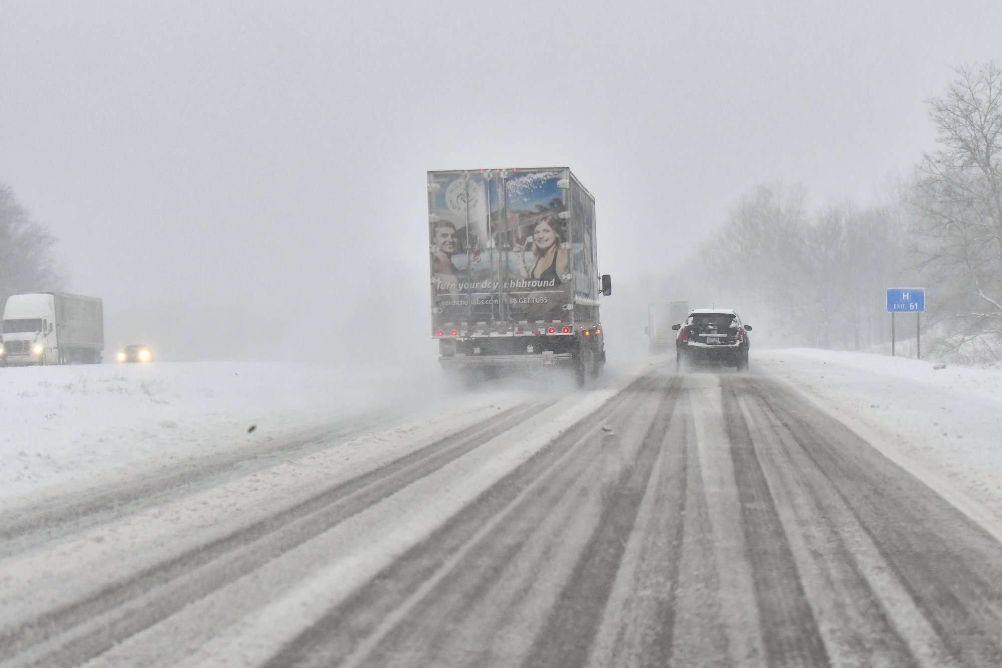 Las autoridades advirtieron que los caminos estaban helados y cubiertos de nieve y animaron a las personas a mantenerse fuera de los caminos a menos que el viaje fuera esencial. AP