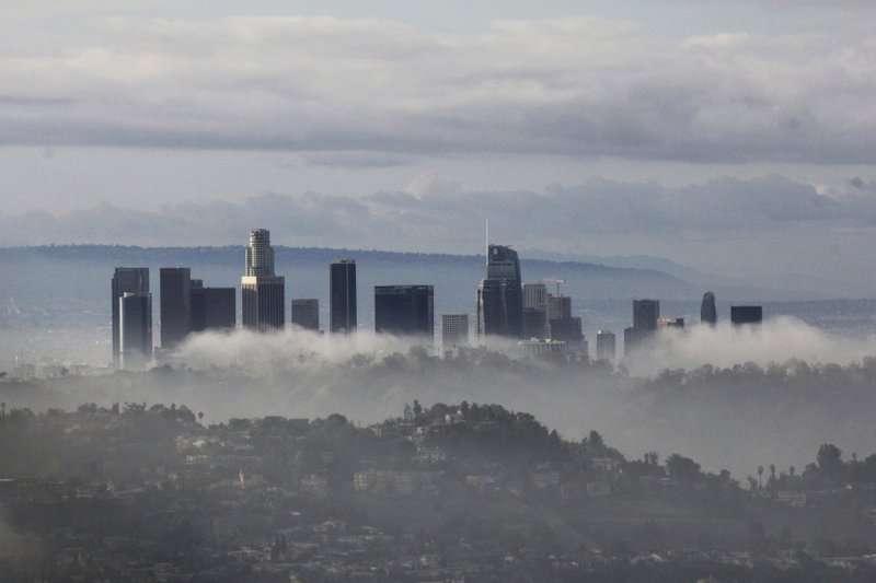 Rascacielos se alzan sobre nubes y niebla el domingo, 6 de enero del 2019, en Los Ángeles, luego que una tormenta azotó con lluvias y nevadas el sur de California. AP