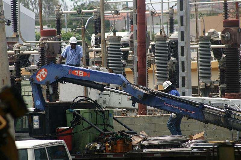 Trabajadores de la Corporación Eléctrica Nacional (Corpoelec) de Venezuela trabajan en la recuperación de la normalidad en una de las subestaciones de la planta. EFE