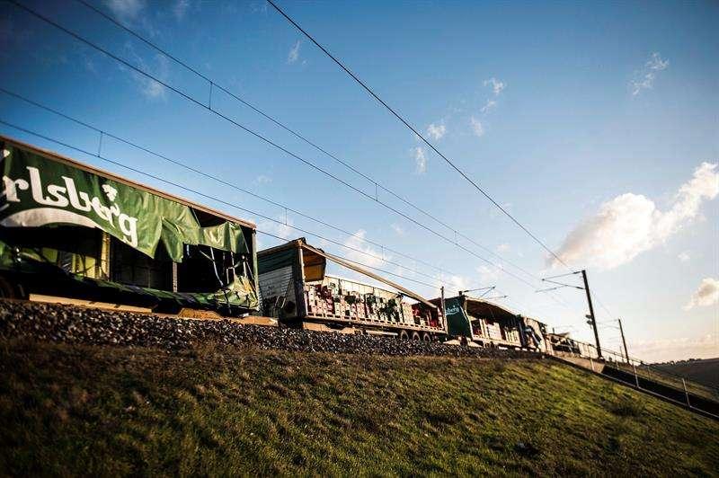 Varios operarios pasan junto un tren de carga en el puentoeGran Belt en Nyborg (Dinamarca). EFE