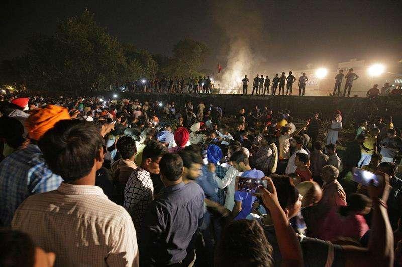 Cientos de personas acuden al lugar de un accidente de tren en Amritsar (India) hoy, 19 de octubre del 2018.  EFE