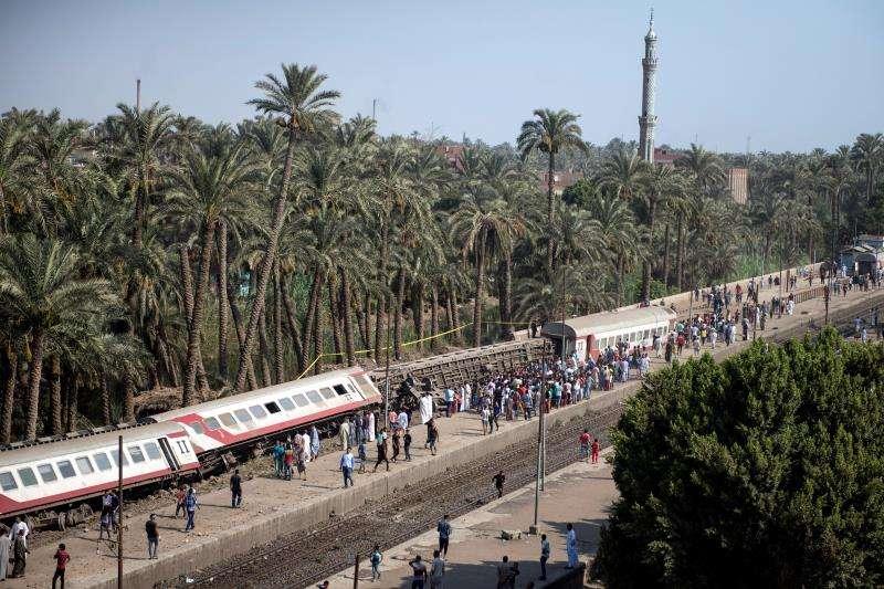 Vista de los tres vagones del tren, que se dirigía hacia la provincia meridional de Qena, tras descarrilar a las afueras de Giza (Egipto), hoy, 13 de julio de 2018. EFE