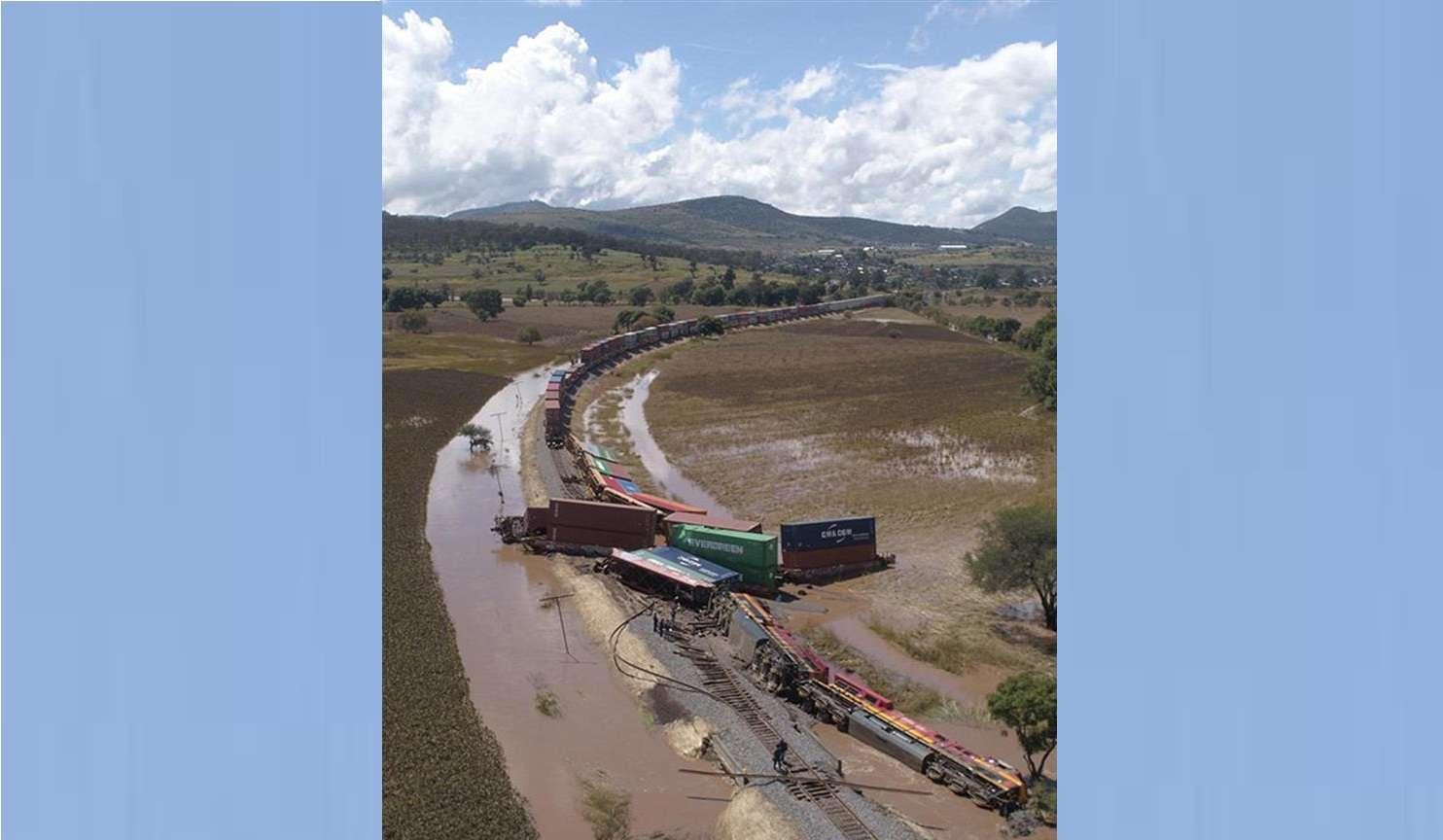 Un tren de la Kansas City Southern se observa descarrilado en el tramo de Morelia-Charo, tras las intensas lluvias que las tormentas afectan a México y el huracán Willa. EFE