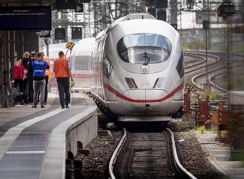 Un policía camina frente a un tren de alta velocidad ICE en la estación central de Fráncfort, Alemania. Foto: AP