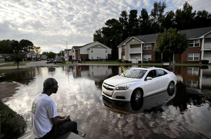 Augustin Dieudomme mira hacia la entrada inundada de su complejo de apartamentos cerca del río Cape Fear, ya que sigue aumentando después del huracán Florence en Fayetteville, Carolina del Norte. AP