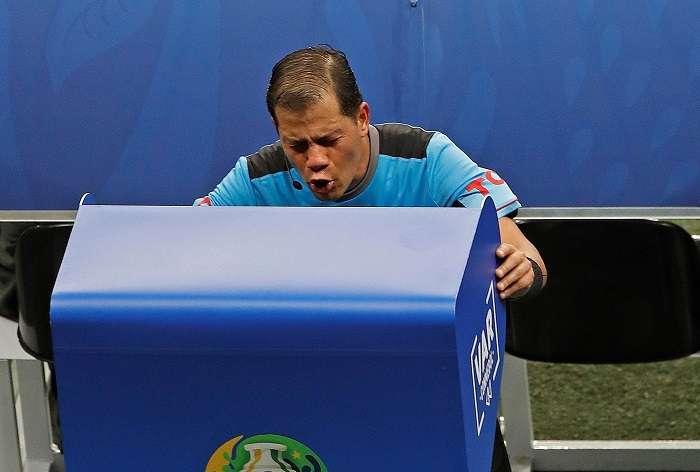 El árbitro Víctor Hugo Carrillo revisa el VAR, durante el partido Colombia-Paraguay./EFE