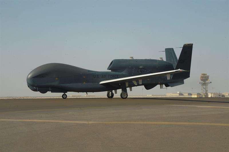 Vista de un vehículo aéreo no tripulado Northrop Grumman RQ-4 Global Hawk de las Fuerzas Aéreas de Estados Unidos en la Base Aérea de Al-Dhafra, Emiratos Árabes Unidos. EFE