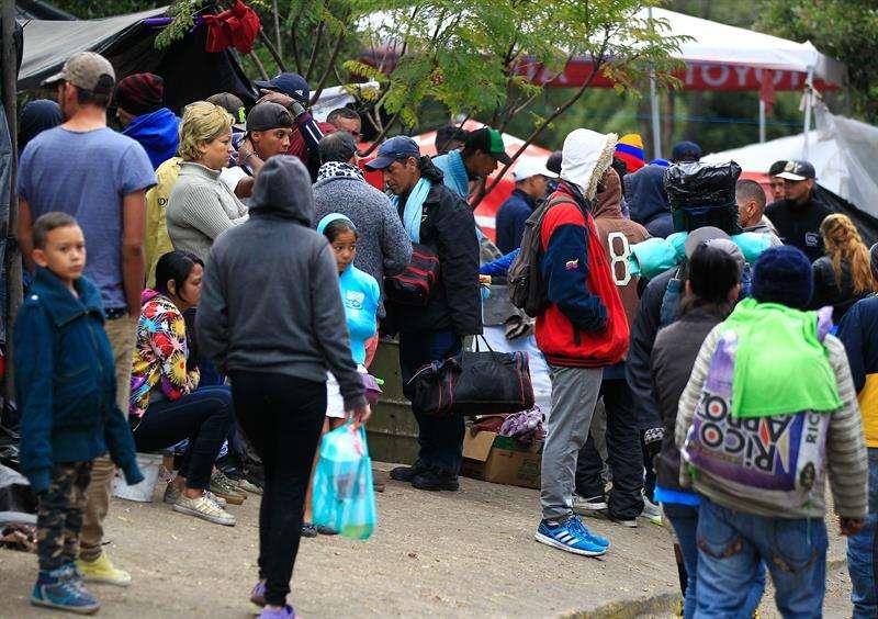 Cientos de emigrantes venezolanos que se hallaban a la intemperie fueron trasladados a refugios temporales en la parte norte de Quito (Ecuador). EFE
