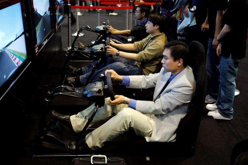 Visitantes juegan con videojuegos en una Exposición de Productos Digitales en Pekin, China. EFE/Archivo