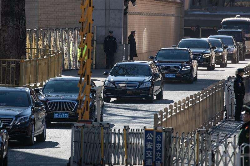 Un vehículo, que supuestamente lleva al líder norcoreano, Kim Jong-un, sale de la estación de tren hoy, en Beijing (China). EFE
