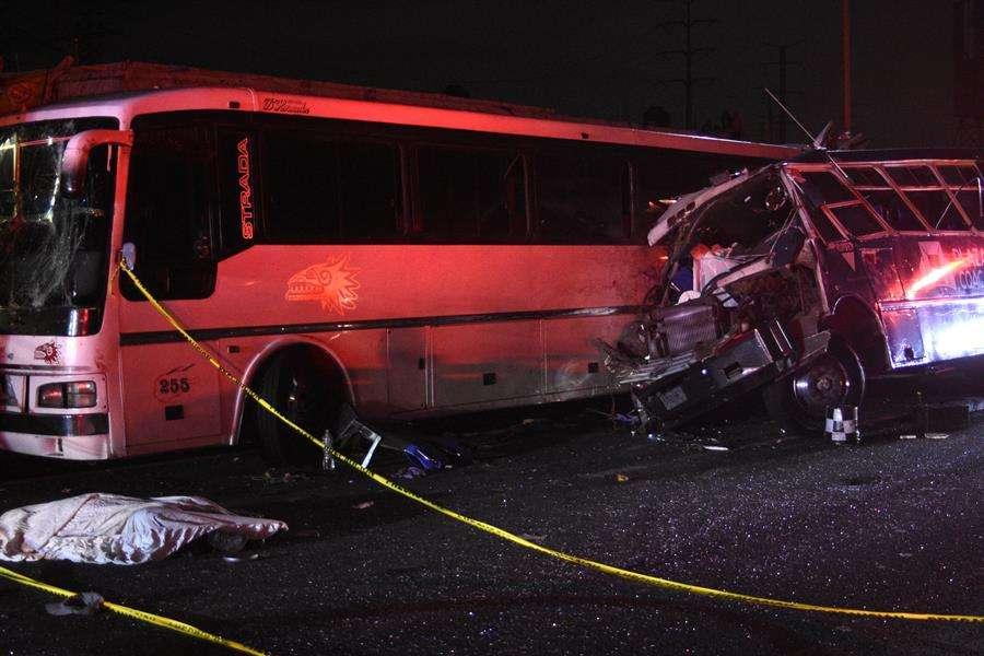 Vista parcial de un choque entre tres unidades de transporte público en la madrugada de este martes, en la autopista México-Pachuca (México). EFE