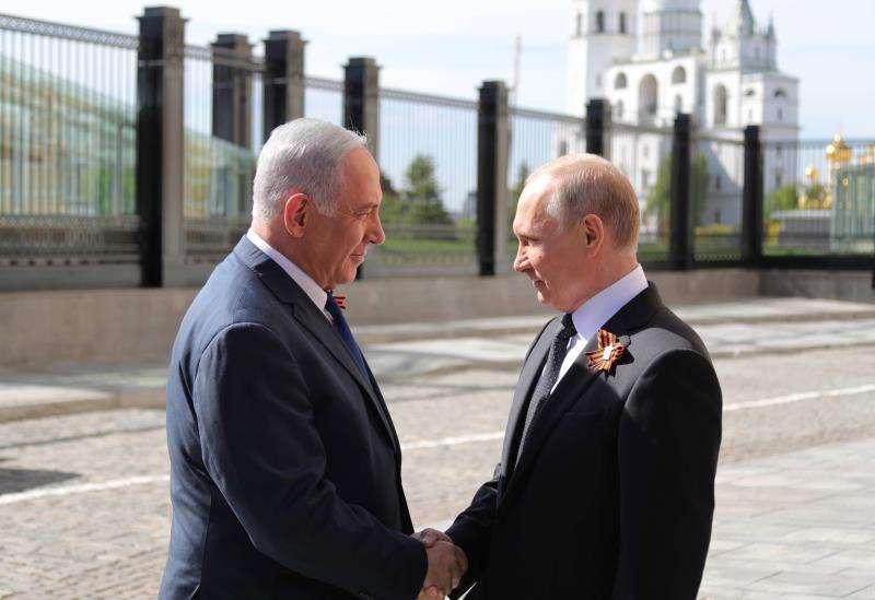 El presidente ruso, Vladimir Putin (d), estrecha la mano del primer ministro israelí, Benjamin Netanyahu (i), antes de las celebraciones del Día de la Victoria en Moscú (Rusia) hoy, 9 de mayo de 2018.  EFE
