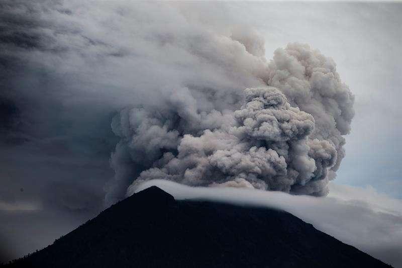 El volcán indonesio Agung arrojó hoy una nube de humo y gases y una lluvia de ceniza que cayó sobre los pueblos próximos a esa montaña que se levanta en el este de la turística isla de Bali. EFE
