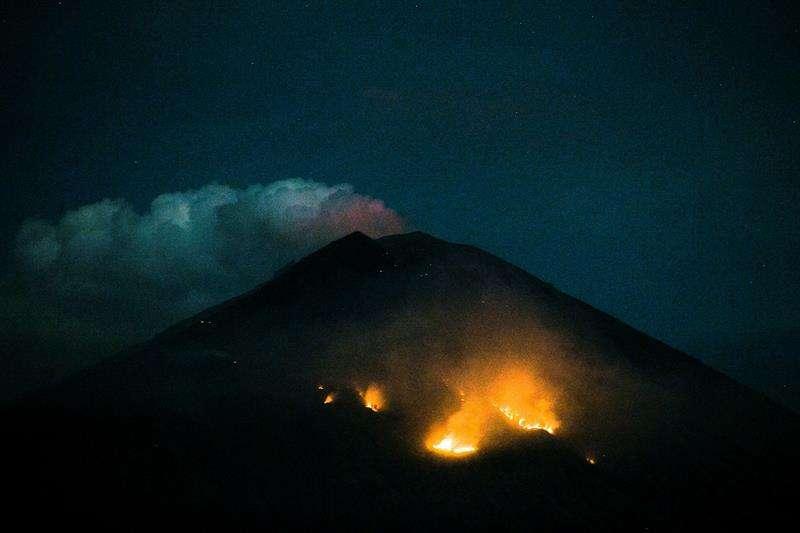 Vista de un incendio forestal en la ladera del volcán Agung tras una nueva erupción en Bali (Indonesia). EFE