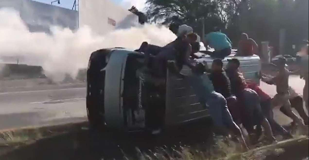 Imagen del momento en que salían los pasajeros del bus
