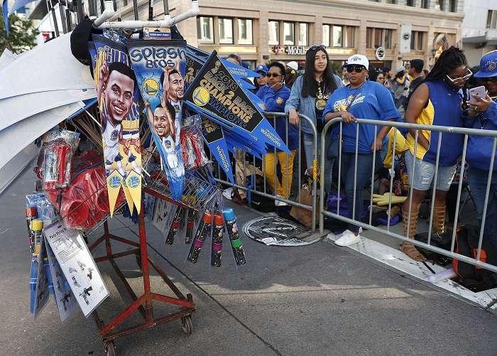 Los seguidores de los Warriors durante el desfile en honor al campeón de baloncesto de la NBA. Foto: AP