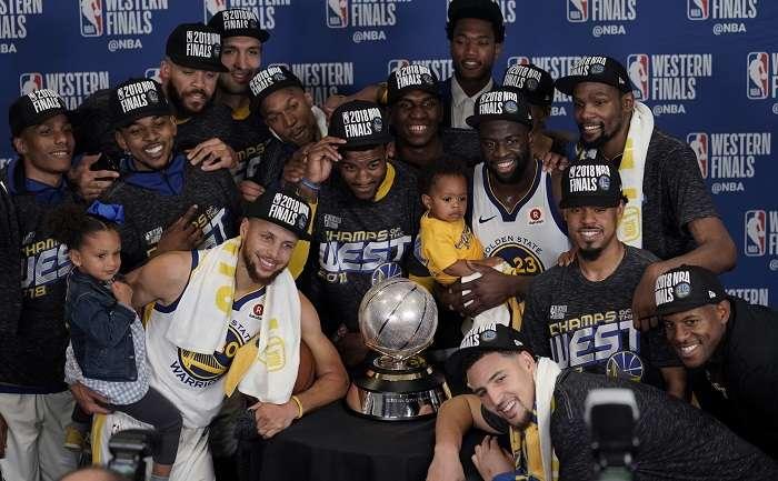 Golden State Warriors, con el trofeo de campeones de la conferencia del Oeste./AP
