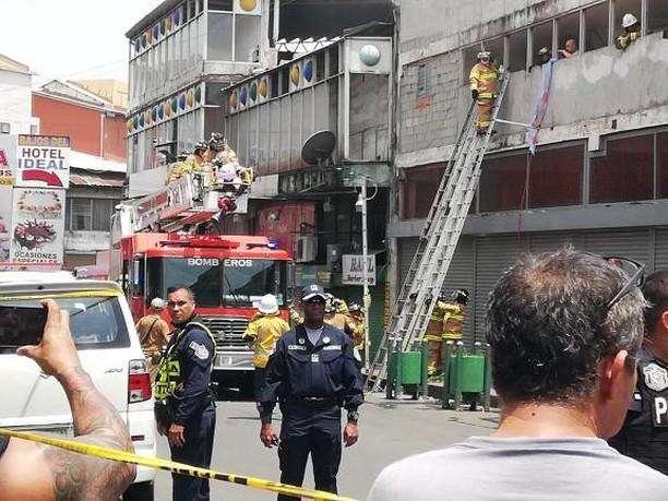 Bomberos rescatan a personas en un Hotel incendiado en Santa Ana. Foto_: @TraficoCpanama