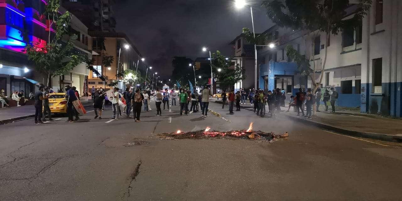 Los manifestantes prendieron objetos en medio de la vía. Foto: Alexander Santamaría