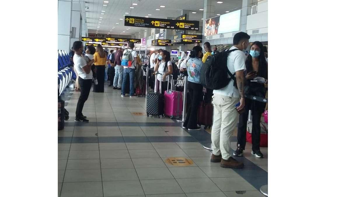 Largas filas de pasajeros en la línea aérea Wingo