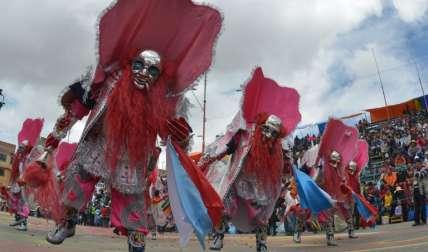 El desfile, que recorre una ruta de más de 4 kilómetros, congrega a 25.000 danzarines y atrae a más de 300.000 turistas, saturando la capacidad hotelera disponible de Oruro. / Foto: AFP