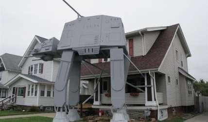"""Un vecino de Parma, en el estado de Ohio, construyó una replica de dos pisos de altura de una unidad de transporte acorazado todoterreno como las que aparecían en los combates en la nieve de """"The Empire Strikes Back"""", la segunda película de la saga. EFE"""
