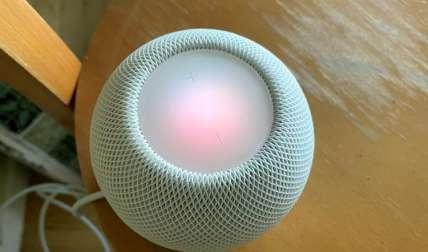 Fotografía de un HomePod mini de Apple, con diseño esférico, de textura suave agradable al tacto, de sólo 3,3 pulgadas de altura (8,43 cm) y que cuesta 99 dólares (99 euros). EFE/Marc Arcas