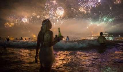 Fuegos artificiales iluminan el cielo sobre la playa de Copacabana durante las celebraciones de Nochevieja en Río de Janeiro, Brasil, el 1 de enero de 2016.   /  Foto: AP