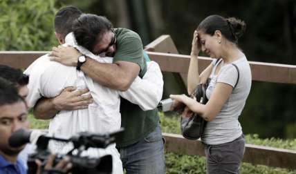 El número provisional de muertos es de cinco hombres y siete mujeres, entre ellos el conductor del vehículo.  /  Foto: EFE