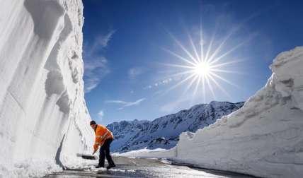 El trabajador Serge Bourgeois retira nieve en el puerto Gran San Bernardo en Suiza, donde todas las primaveras quitanieves y operarios se dedican a retirar la nieve en la montaña en una operación que, este año, tiene previsto durar cuatro semanas. EFE