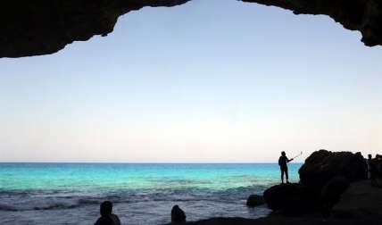 Los egipcios disfrutan del mar cerca de Agepa, Marsa Matruh, a unos 500 km al norte de El Cairo, Egipto. /  EFE
