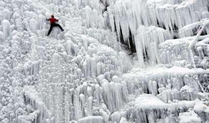 Un hombre sube por una pared de hielo artificial en Liberec, República Checa, el jueves 12 de enero de 2017. Europa Central ha sido afectada por un clima inusualmente frío en los últimos días.   /  Foto:  AP
