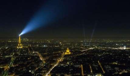 La Torre Eiffel, a la izquierda, la Cúpula de los Inválidos, el centro con los Campos Elíseos a la derecha y la rueda grande se iluminan como parte de las luces de Navidad, en París.  /  Foto: AP