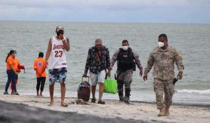 Bañistas disfrutan del sol y la playa en Panamá Oeste.