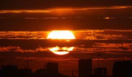 El sol poniente dibuja las siluetas de edificios de apartamentos y grúas de construcción en Minsk, Bielorrusia.  /  Foto: AP