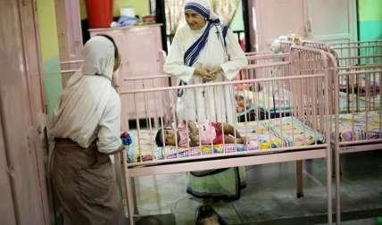 Dos monjas cuidan de unos niños en Shishu Bhavan, el hogar y la clínica infantil de la Madre Teresa en Calcuta, India.  /  Foto: EFE